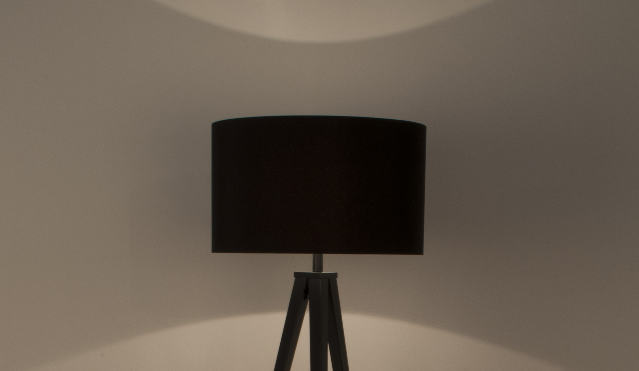 Tripod-floor-lamp-black-on